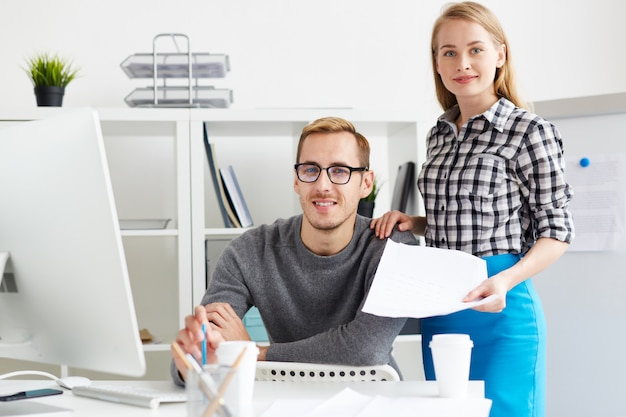 Młodzi menedżerowie w biurze
