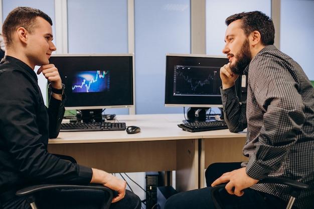 Młodzi męscy projektanci stron internetowych pracujący na komputerze
