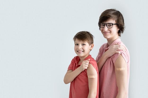 Młodzi mężczyźni, nastolatkowie i chłopiec zaszczepieni przeciwko zakażeniu koronawirusem