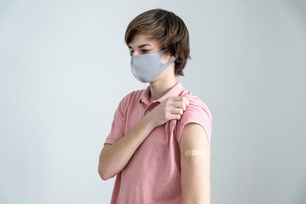 Młodzi mężczyźni zaszczepieni przeciwko zakażeniu koronawirusem