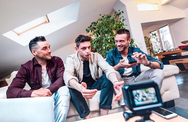 Młodzi milenialsi przyjaciele dzielą się kanałami na platformie streamingowej za pomocą cyfrowej kamery internetowej
