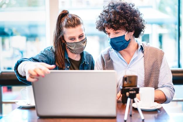 Młodzi, milenijni wpływowi dzielący się kreatywnymi treściami z maską na twarz