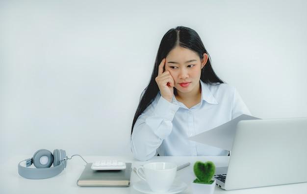 Młodzi nauczyciele z azji uczą zabawnie online ze swojego domowego biura