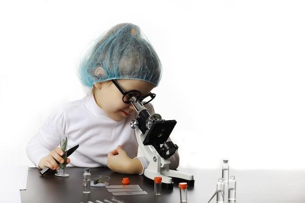 Młodzi naukowcy chemicy. poradnictwo zawodowe dzieci. wybór zawodu. lekarz, asystent laboratorium, chemik.