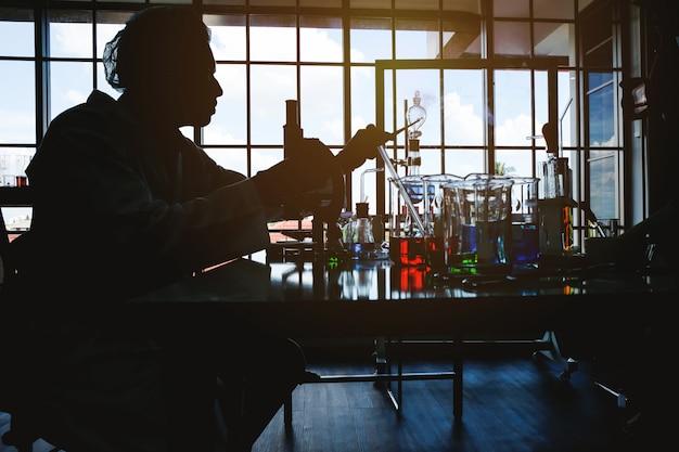 Młodzi naukowcy eksperymentują w pokoju