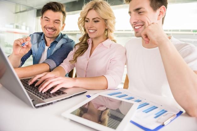 Młodzi partnerzy biznesowi spotykają się, aby omówić nowe pomysły.