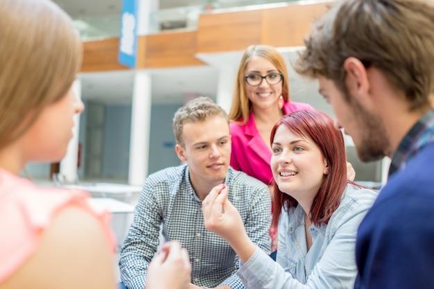 Młodzi partnerzy omawiają burzę mózgów i pomysły na spotkaniu