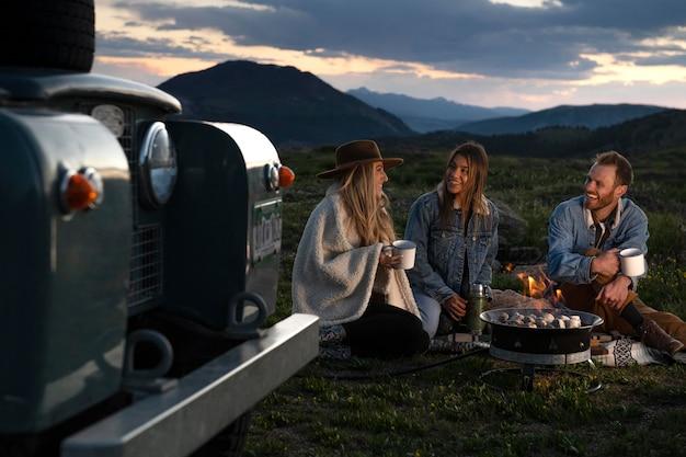 Młodzi podróżnicy wiejscy na pikniku