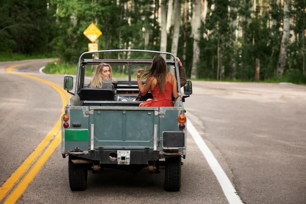 Młodzi podróżnicy wiejscy przejeżdżający przez wieś