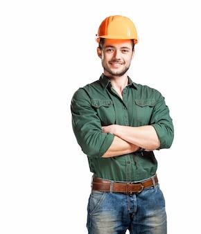 Młodzi pracownicy budowlani w twardych kapeluszach