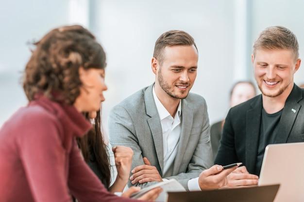 Młodzi pracownicy omawiają problemy na spotkaniu grupowym