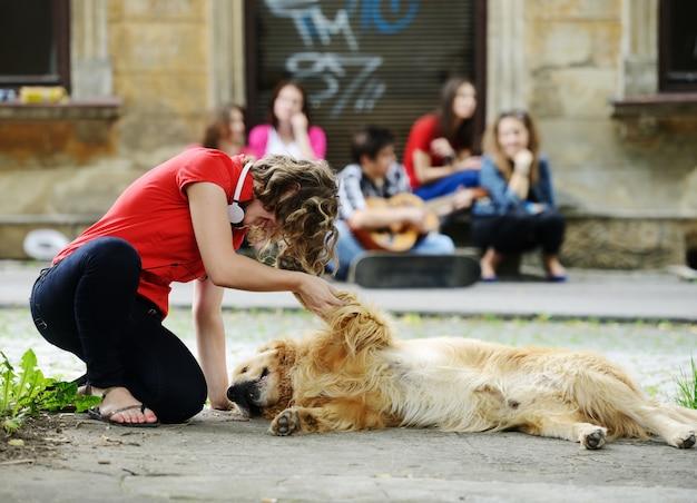 Młodzi prawdziwi ludzie na ulicy z psem