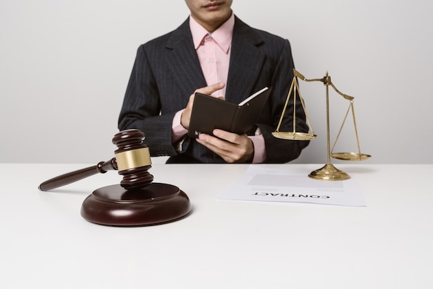Młodzi prawnicy studiują dokumenty kontraktowe