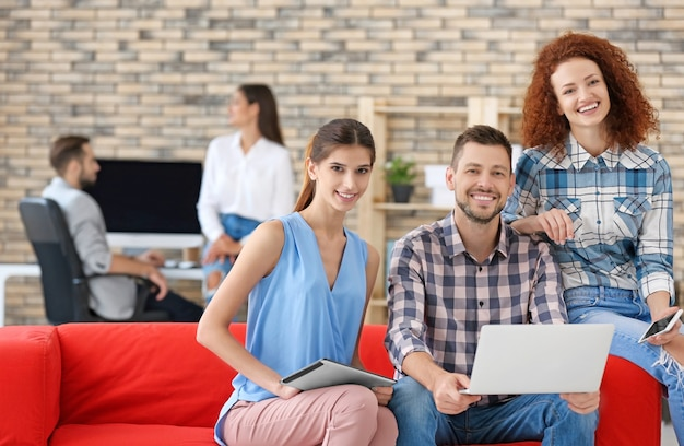 Młodzi profesjonaliści pracujący na laptopie w biurze