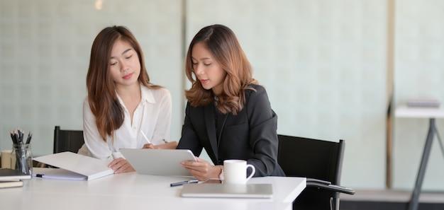 Młodzi profesjonalni ludzie biznesu dyskutuje projekt wpólnie