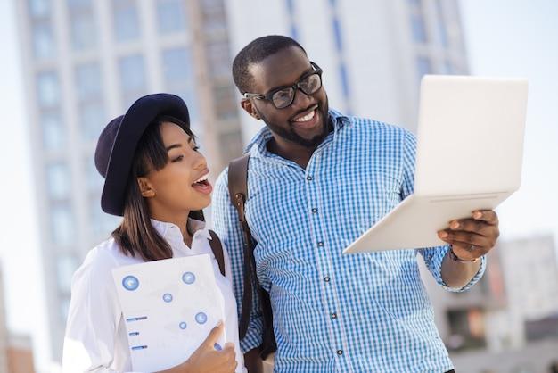 Młodzi, promienni ludzie z klasą, którzy są bardzo zajęci innym projektem, ale znajdują czas na dyskusję o swoim startupie