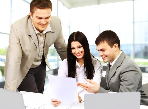 Młodzi przedsiębiorcy omawiają nowy projekt w biurze