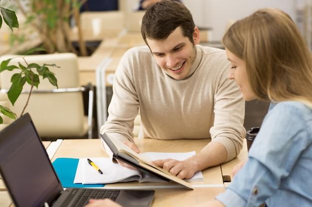 Młodzi przedsiębiorcy pracujący razem w biurze