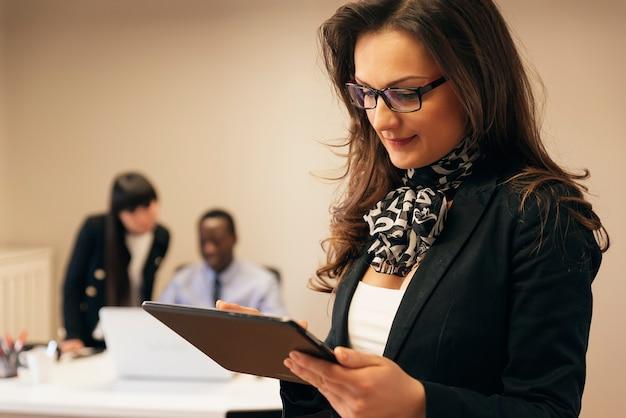 Młodzi przedsiębiorcy pracujący w urzędzie.