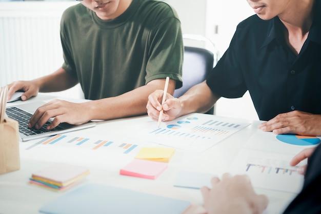 Młodzi przedsiębiorcy rozpoczynający pracę zespołową podczas burzy mózgów w celu omówienia nowej inwestycji projektowej.