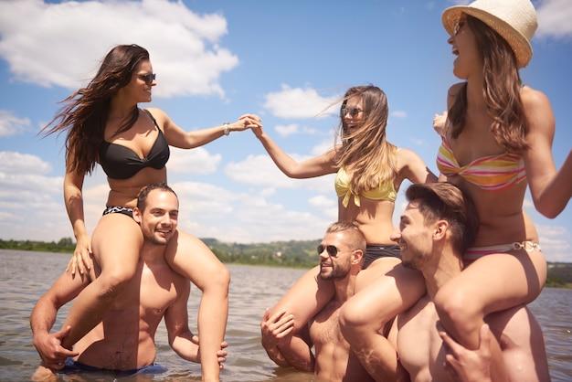 Młodzi przyjaciele bawią się nad jeziorem
