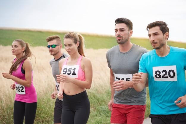 Młodzi przyjaciele biegający podczas maratonu