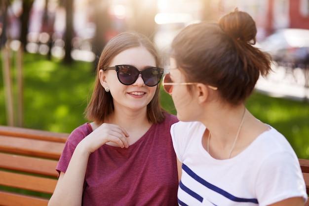 Młodzi przyjaciele biją się po długiej i interesującej dyskusji po tym, jak się nie widzieli