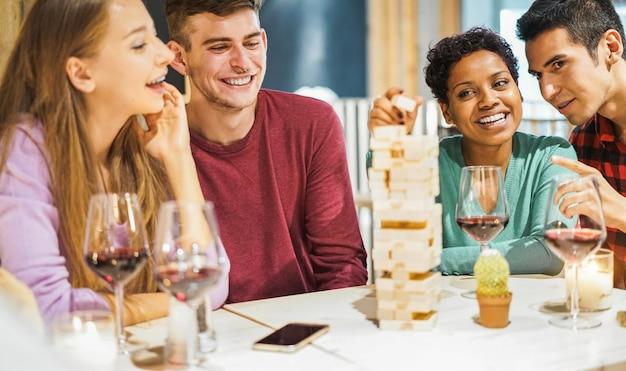 Młodzi przyjaciele, grając w gry planszowe w domu