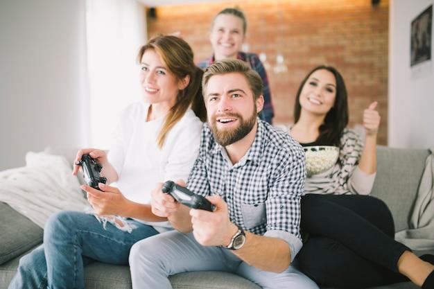 Młodzi przyjaciele grając w gry wideo z wyzwaniem