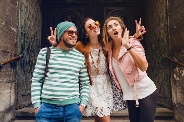 Młodzi przyjaciele hipster podróży