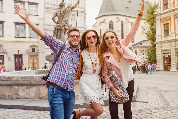 Młodzi przyjaciele hipster pozowanie na starym mieście