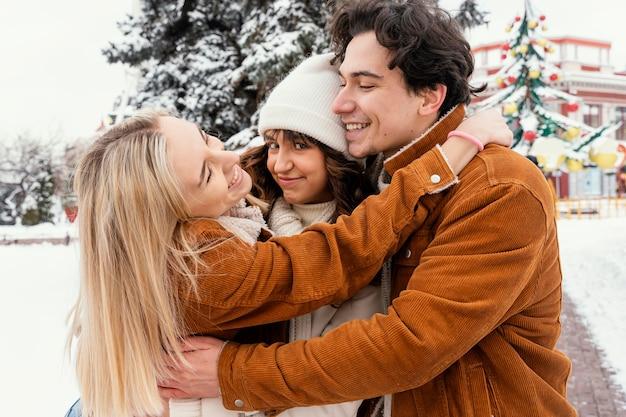 Młodzi przyjaciele na świeżym powietrzu, ciesząc się razem