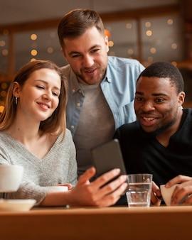 Młodzi przyjaciele robią selfie razem