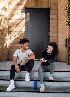 Młodzi Przyjaciele Siedzą Na Schodach Premium Zdjęcia