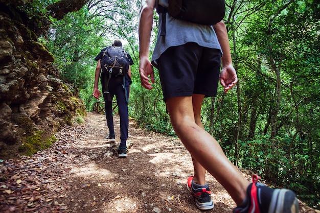 Młodzi przyjaciele spacerujący ścieżką wzdłuż rzeki borosa w parku narodowym sierras de cazorla