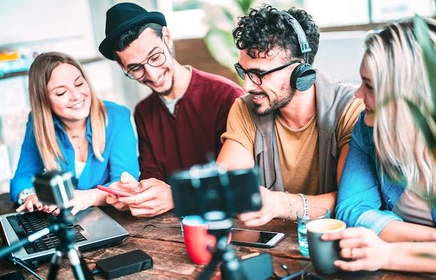 Młodzi przyjaciele udostępniają treści na platformie streamingowej za pomocą kamery internetowej