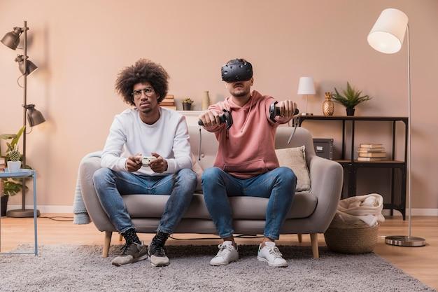 Młodzi przyjaciele w domu grający w gry