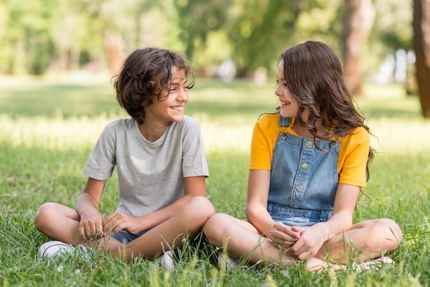 Młodzi przyjaciele w parku