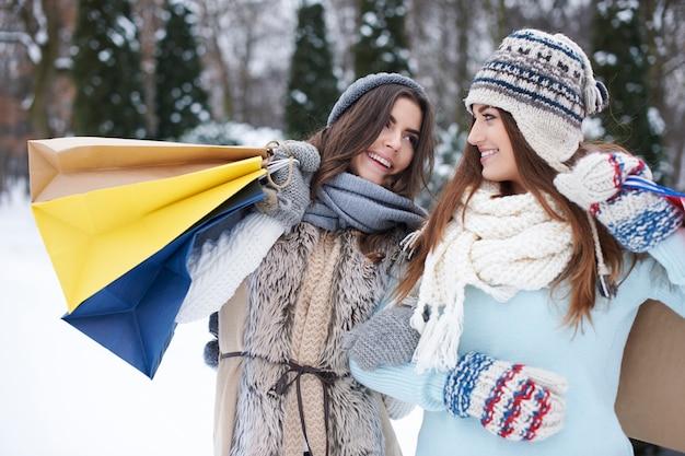 Młodzi przyjaciele z torby na zakupy w zimie