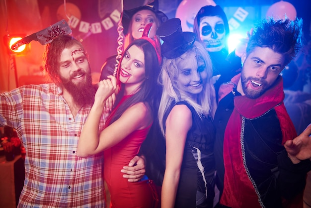 Młodzi przyjaciele zabawy na imprezie halloween