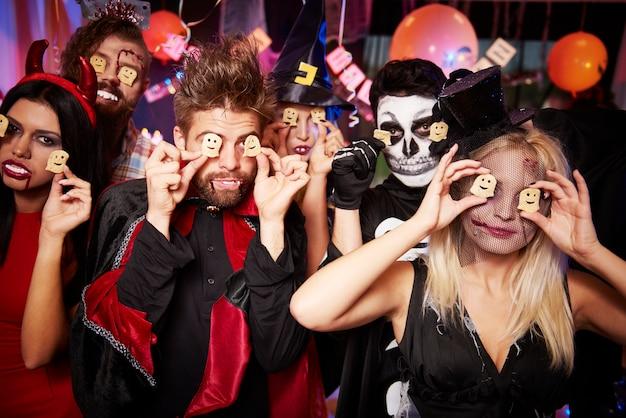 Młodzi Przyjaciele Zabawy Na Imprezie Halloween Darmowe Zdjęcia