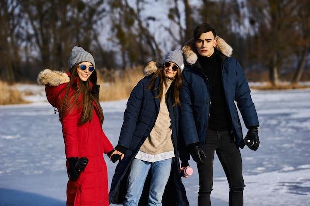 Młodzi przyjaciele, zabawy na świeżym powietrzu w okresie zimowym
