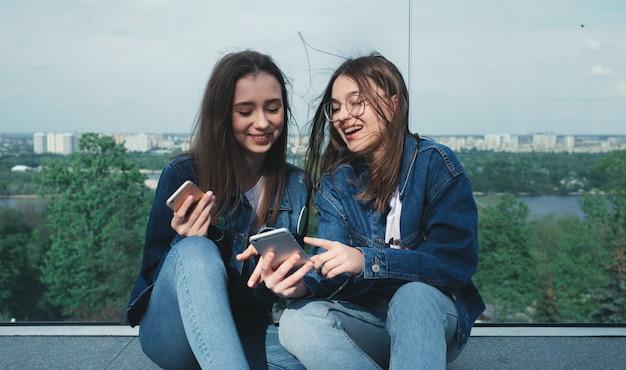Młodzi przyjaciele zabawy ze smartfonami
