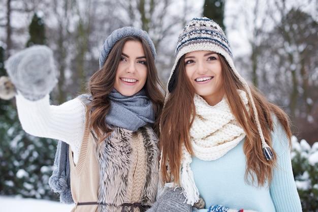 Młodzi przyjaciele zimą