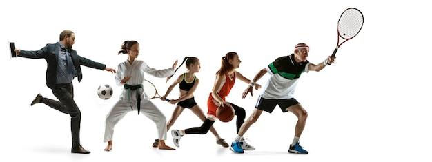 Młodzi sportowcy bieganie i skakanie na tle białego studia. pojęcie sportu, ruchu, energii, dynamicznego, zdrowego stylu życia. trening, ćwiczenie w ruchu. ulotka. tenis, koszykówka, sztuki walki.