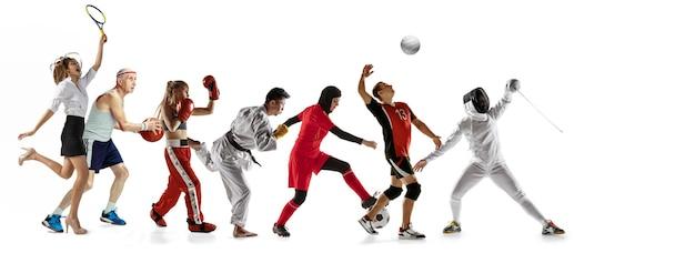 Młodzi sportowcy bieganie i skakanie na tle białego studia. pojęcie sportu, ruchu, energii i dynamicznego, zdrowego stylu życia. trening, ćwiczenie w ruchu. ulotka. siatkówka, boks, szermierka.