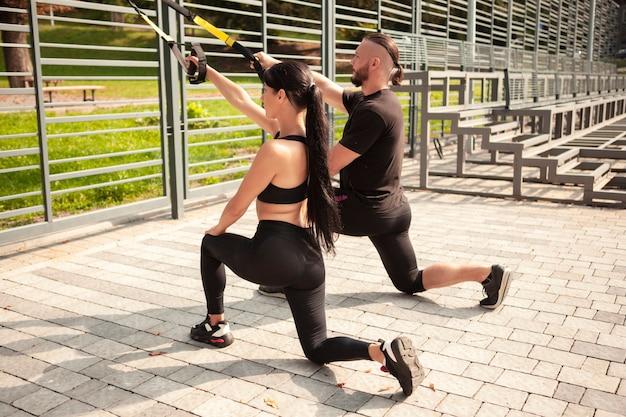 Młodzi sportowcy robią ćwiczenia ciągnące