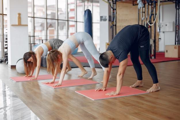 Młodzi sportowcy trenujący w porannej siłowni