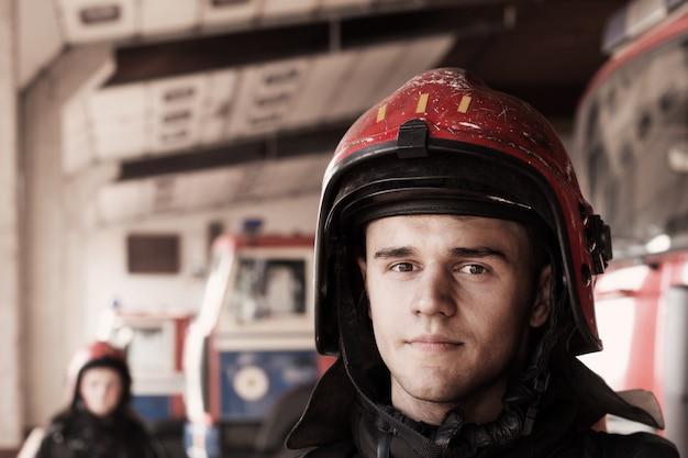 Młodzi strażacy na wozach strażackich