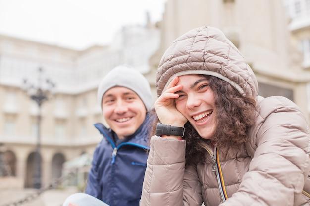 Młodzi studenci erasmusa na uniwersytecie w wielokulturowej grupie w corunna galicia w hiszpanii. wielorasowy styl życia